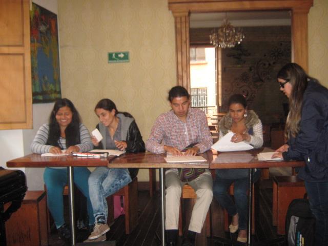 Dando-instrucciones-en-una-clase-de-inglés-de-pie-frente-a-grupo-de-estudiantes.-Mayo-3-2016-1